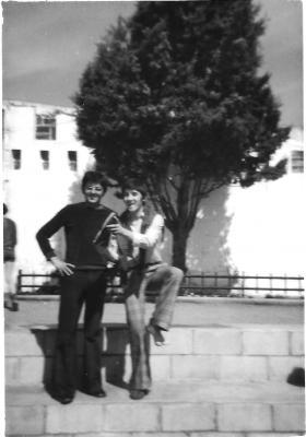 20150118172323-ano-1974.-gabriel-navarro-y-companero.-de-recreo-en-el-patio..jpg