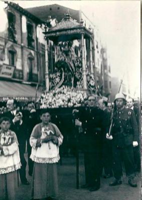 20170926131519-1945-los-concejales-del-ayuntamiento-de-leon-procesionan-a-la-virgen-como-solucion-a-paliar-la-22pertinaz-sequia-22.jpg
