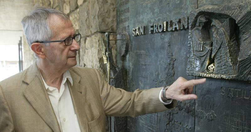 El escultor Josep María Subirachs en la puerta de San Froilán del santuario de La Virgen del Camino que él diseñó junto a las esculturas de la fachada principal - RAMIRO