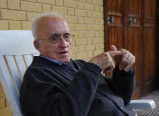Ricardo Álvarez Lobo, en su casa de Enfistiella, en Aller, el año 2008, durante su última visita a Nembra.