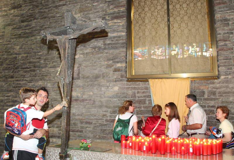 Cientos de personas entraron a la basílica de la localidad para tocar el manto de la Virgen.
