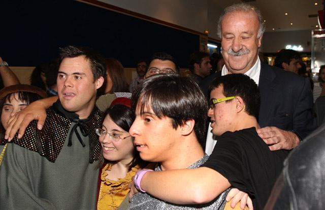 Vicente del Bosque no dejó de firmar autógrafos y hacerse fotos. | J.M. Lostau